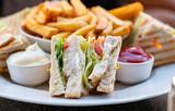 CLub Sandwich mit Hähnchen Huhn Fleisch Pommes Frites - 222994675