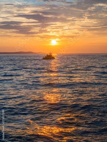 Schiffe im Sonnenuntergang am Meer bei Zadar - 223020249