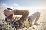 Mann entspannt an der Nordsee