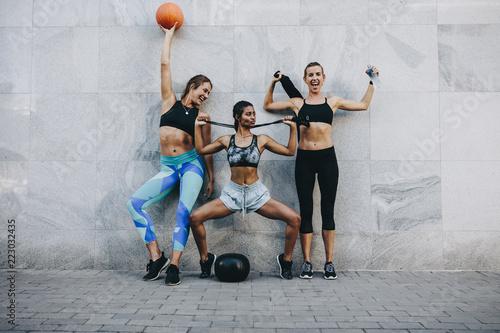 Sprawności fizycznych kobiety w rozochoconej trybowej pozyci przeciw ścianie outdoors