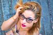 Ritratto di bella ragazza con gli occhiali