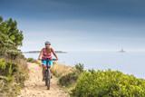 Kroatien, Istrien, Pula, Kap Kamenjak, Mountainbiker auf dem Trail am Meer