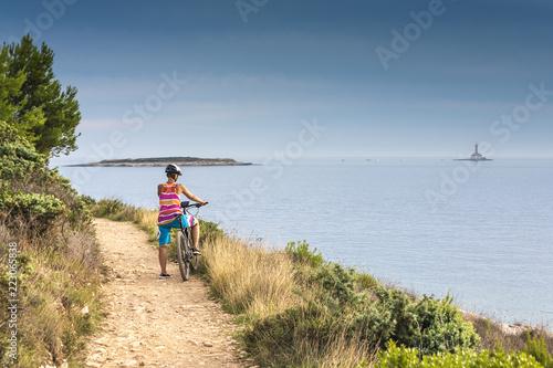 Foto Murales Kroatien, Istrien, Pula, Kap Kamenjak, Mountainbiker auf dem Trail am Meer