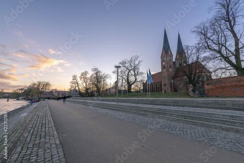 Neuruppiner See promenade mit Kirche und Türmen - 223121861