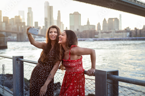 Foto Murales Tourists taking selfie in New York