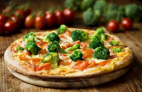 Hausgemachte Pizza mit Brokkoli, Tomaten, Mozzarella und Sauce Hollandaise - 223164697