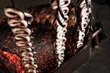 Anguille cotte allo spiedo sulla brace viva - 223184620