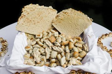 Vassoio di pane tipico della sardegna detto coccoi e civraxiu