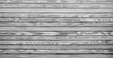 Breiter Holzhintergrund mit weiß grauen Brettern
