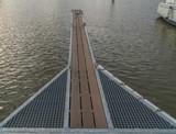 Steg im Wasser aus Holz und Metall - 223259234
