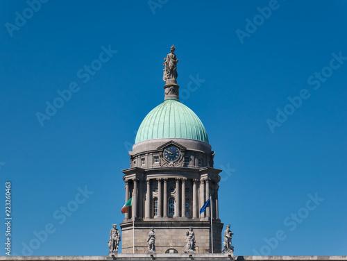 Leinwanddruck Bild Vier Figuren vor der Kuppel mit Kupferdach und uhr