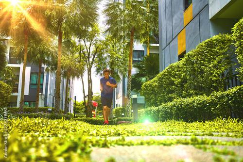Biegacz człowiek działa na drodze mostu miasta i zielonej przyrody