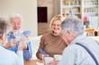 Leinwandbild Motiv Senioren Freunde im Ruhestand spielen Karten