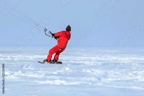kiting na snowboardzie na zamarzniętym jeziorze