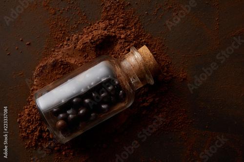 widok z góry pyszne kulki czekoladowe w słoik i kakao w proszku na brązowy
