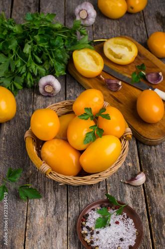 Surowe żółte pomidory