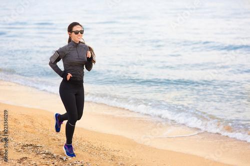 Foto Murales woman run on the beach