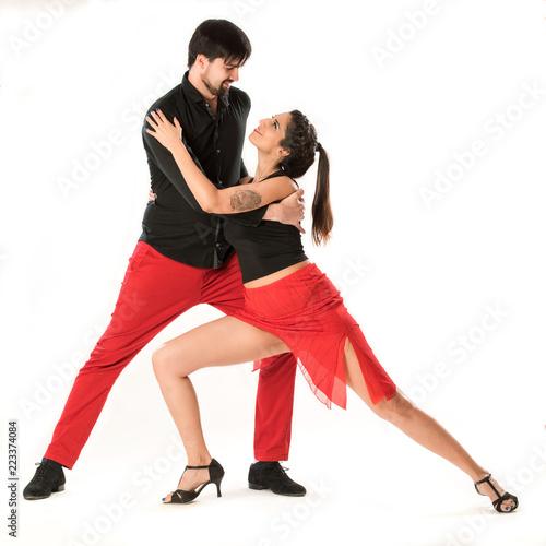 Bailarines de salsa cubana y bachata sobre fondo blanco.