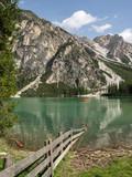 Grüner See mit Holzzaun im Vordergrund und Bergen, Pragser Wildsee, Südtirol, Italien - 223419681