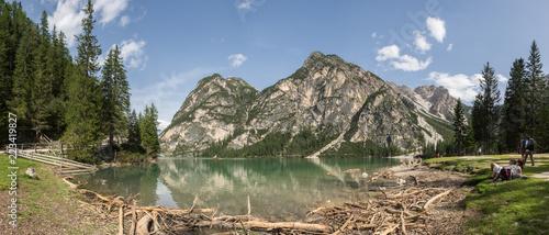 Panorama Pragser Wildsee z flotsam i górami w tle, Południowy Tyrol, Włochy