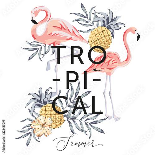 Tropikalne różowe ptaki flamingo, liście palmowe, ananasy, kwiat hibiskusa, białe tło. Wydrukuj szablon koszulki. Ilustracja wektorowa botaniczny. Letnia plaża kwiatowy wzór. Rajska natura