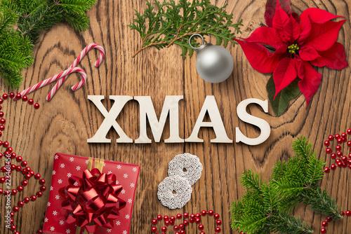 """Leinwanddruck Bild weihnachtlich Dekoration mit Nachricht """"XMAS"""" auf rustikalem Holzuntergrund"""