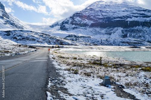秋のカナディアン・ロッキー アサバスカ氷河の後退を表す過去の氷河末端の標識(カナダ・アルバータ州)