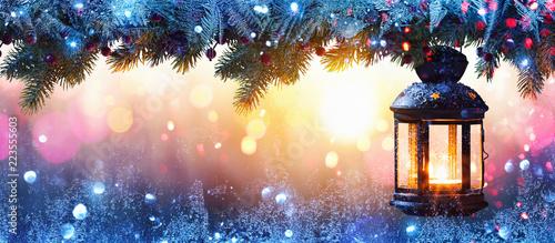 Bożenarodzeniowy lampion Na śniegu Z jodły gałąź w świetle słonecznym