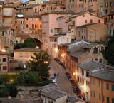 Abendlicht über den Dächern der historischen  Altstadt von Siena