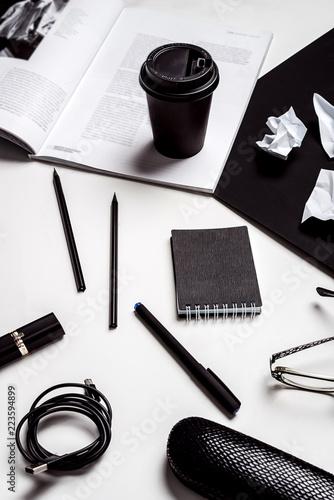 Czarno-białe stylowe biuro Płaskie lay kosmetyki magazyn okulary długopisy tusz do rzęs pędzel kosmetyki, ekspres do kawy, kreatywny. Biuro wciąż życie. Widok z góry