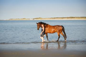 Pferd und Frau am Strand © Nadine Haase