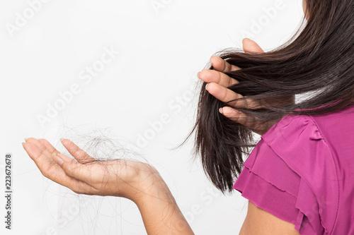 kobieta martwi się o Wypadanie włosów, młoda kobieta Azji posiada utratę włosów na białym tle