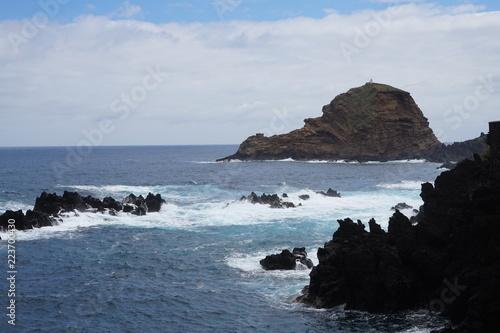 Rocher au bord de l'océan - 223700430
