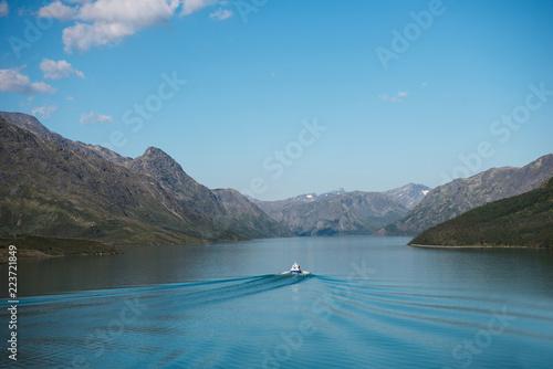 łódź pływające na spokojne wody niebieskie jeziora Gjende, Besseggen grzbiet, Park Narodowy Jotunheimen, Norwegia