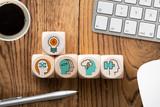 Symbole auf Würfeln am Arbeitsplatz verdeutlichen Ideenprozess