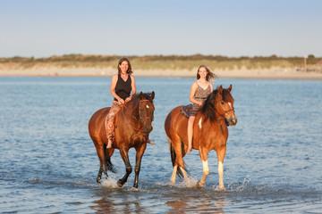 Zwei Reiterinnen im Meer © Nadine Haase