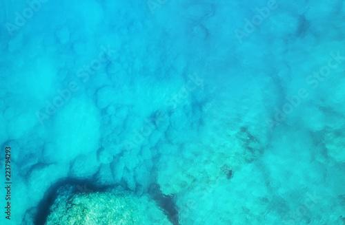 widok-z-lotu-ptaka-na-morze-turkusowa-woda-z-powietrza-jako-tlo-z-powietrza-naturalny-krajobraz-w-okresie-letnim-seascape-z-drone