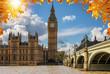 London im Herbst: Blick auf den Big Ben Turm am Westminster Palast bei goldenem Sonnenschein