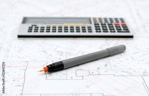 Plany architektoniczne i przybory do rysowania