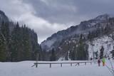para turystów spaceruje doliną górską w zimie