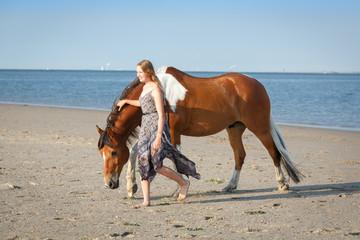 Mädchen mit Schecke am Meer © Nadine Haase