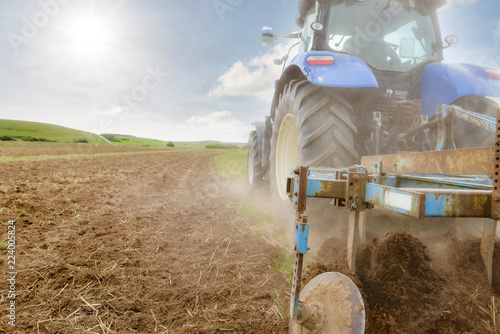 tracteur et sa charrue à disques - 224005824