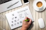 Hand skizziert Online-Marketing Strategie am Arbeitsplatz