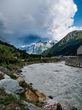 Fluss vor den Bergen - 224013479