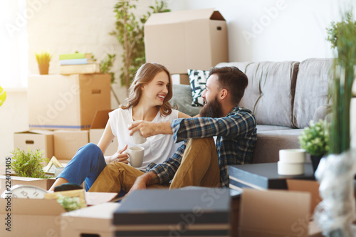 Foto Murales happy young married couple moves to new apartment.