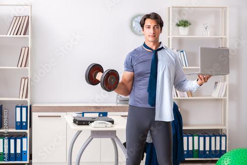 Leinwandbild Motiv Employee combining work and healthy lifestyle