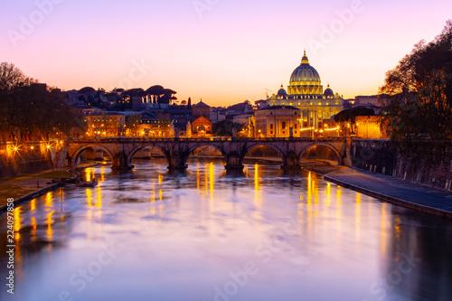 Nocny widok Bazyliki Świętego Piotra w Watykanie