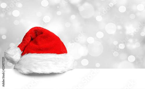 Weihnachtsmütze auf weißer Tafel