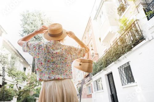paris rétro femme mode rue capitale été heureux chapeau jupe sac à main après guerre vieux quartier - 224203065