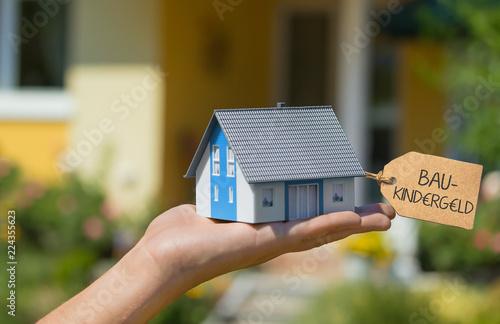 Leinwandbild Motiv Baukindergeld beantragen und Haus bauen - Konzept